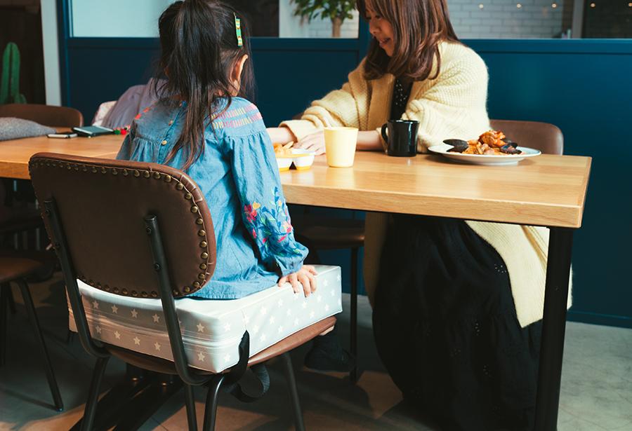 お子様用のお食事用クッションの貸し出しも行っています。
